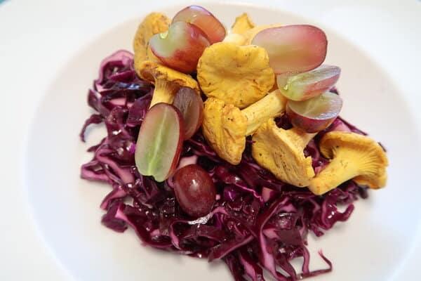 Rotkohlsalat mit Eierschwämmli und Trauben
