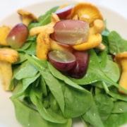 Spinatsalat mit Eierschwämmli und Trauben