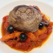 Tomateneintopf mit Oliven und Portobello