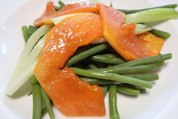 Bohnen mit gebratenem Papaya und Fenchel