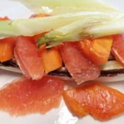 Gebratener Cicorino Rosse mit Papaya und Grapefruit