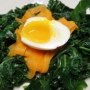 Grünkohl mit Karotten und Ei