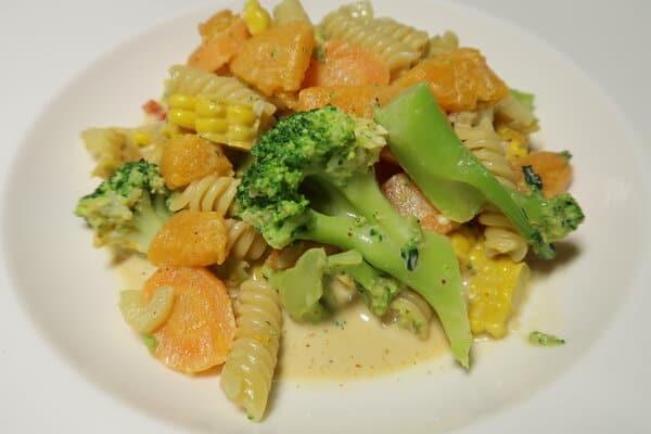 Teigwahren mit Fenchel Broccolie Kürbis und Mais