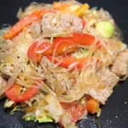 Geschnetzeltes mit Gemüse und Glasnudeln