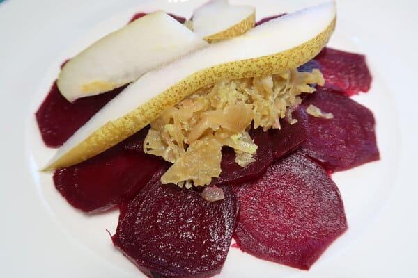 Randencarpaccio mit Sauerkraut und Birne