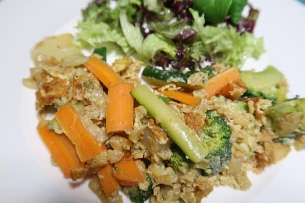 Gemüse Rührei mit Salat