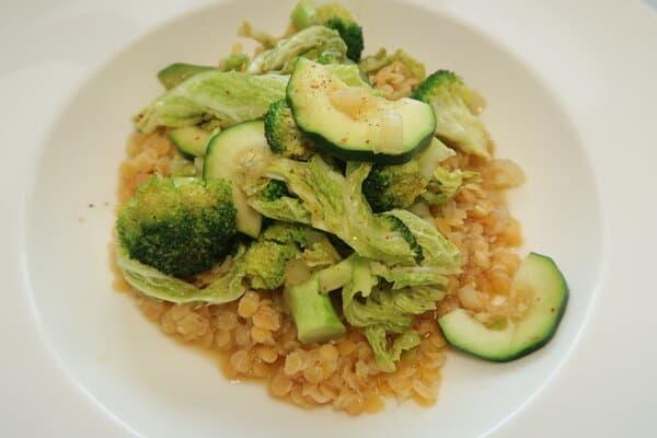 Gemüse auf Linsenbett