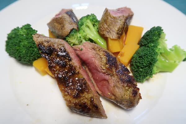 Kürbiswürfel mit Broccoli und Lammnierstück