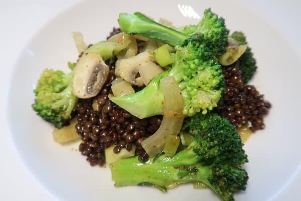 Belugalinsen mit Gemüse