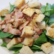 Spinatsalat mit Speck und Brotcroutons