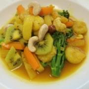 Gemüse und Früchtecurry mit Nüssen