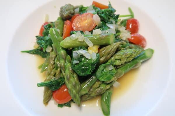 Spargeln mit Spinat und geschmolzenen Tomaten